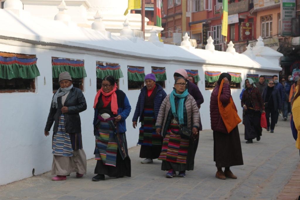 仏塔の周りをまわるチベット仏教の信者達