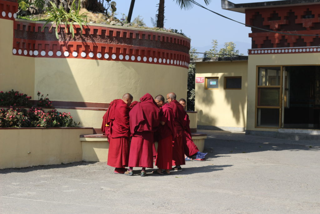 休み時間に集まる僧の学生
