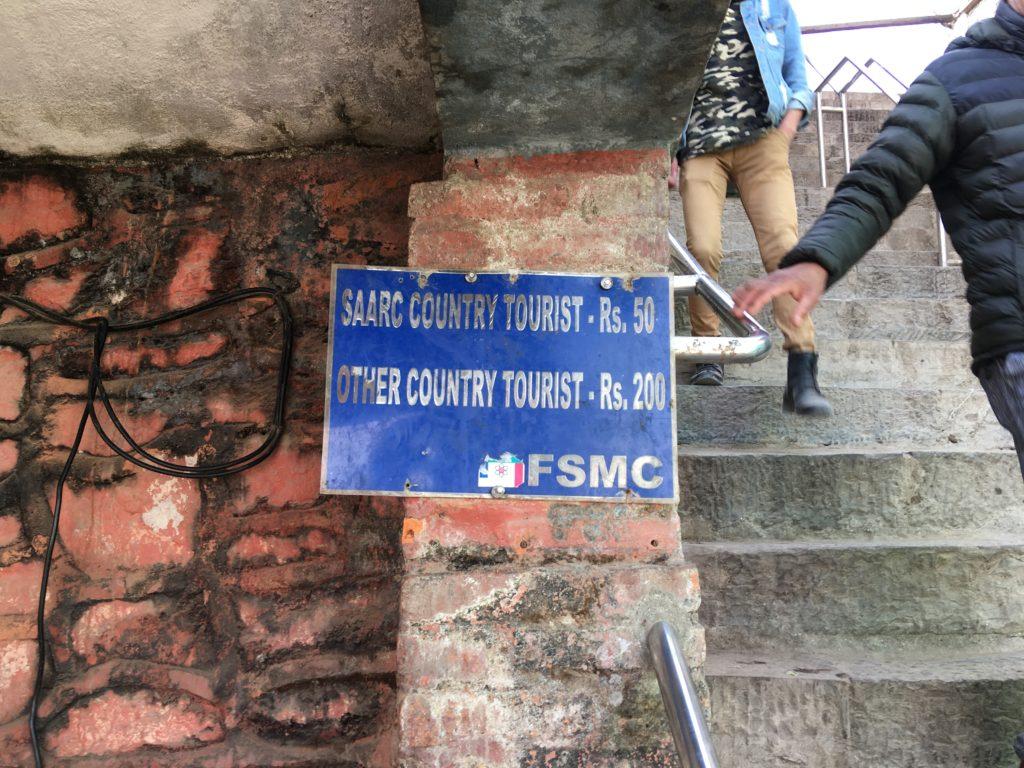 スワヤンブナート仏塔の入場料は200ルピーです