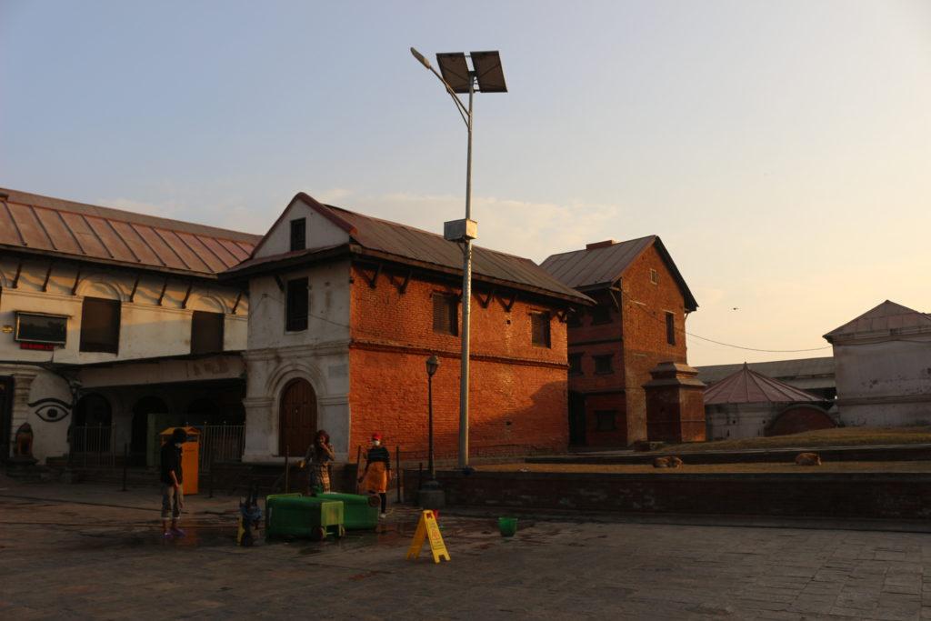 夕日に照らされ赤く染まるネパールの建造物