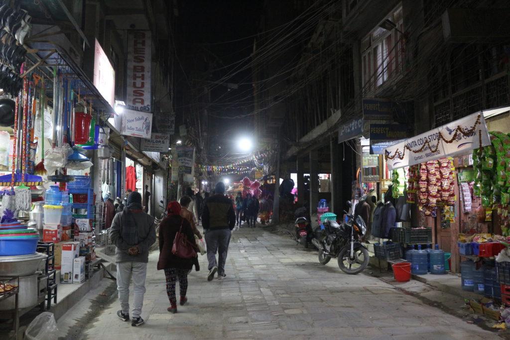 道の両端には生活用品を取り扱うお店が並んでいます