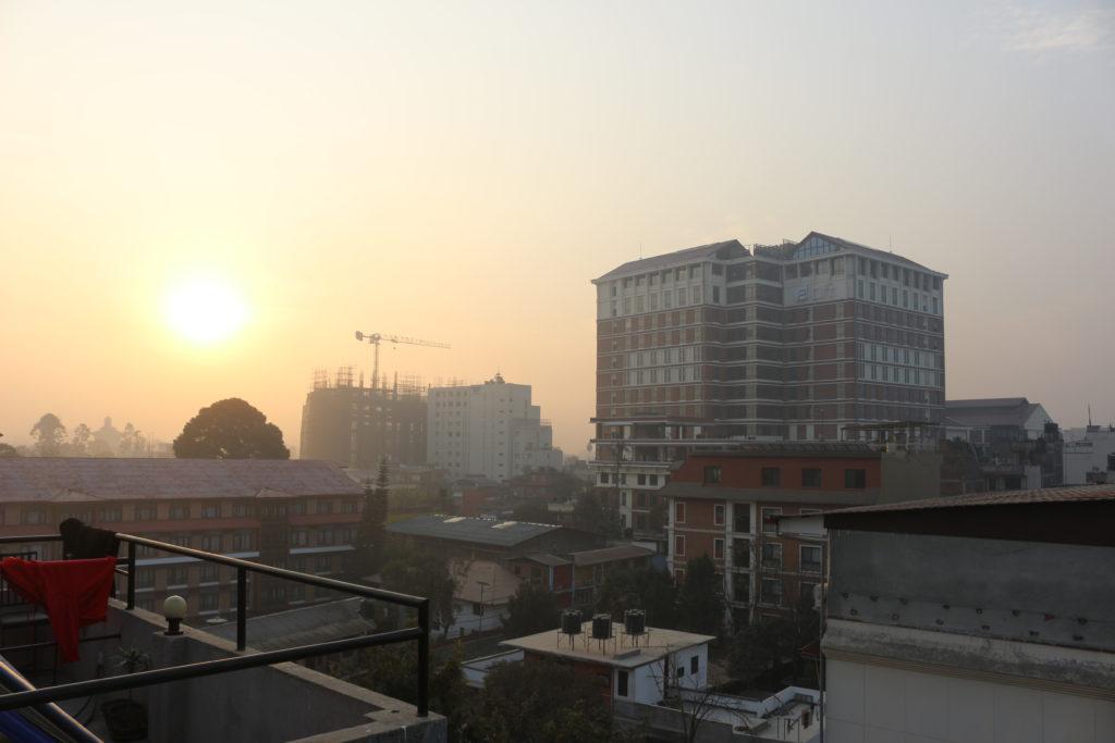 宿の屋上から見たカトマンズの朝日
