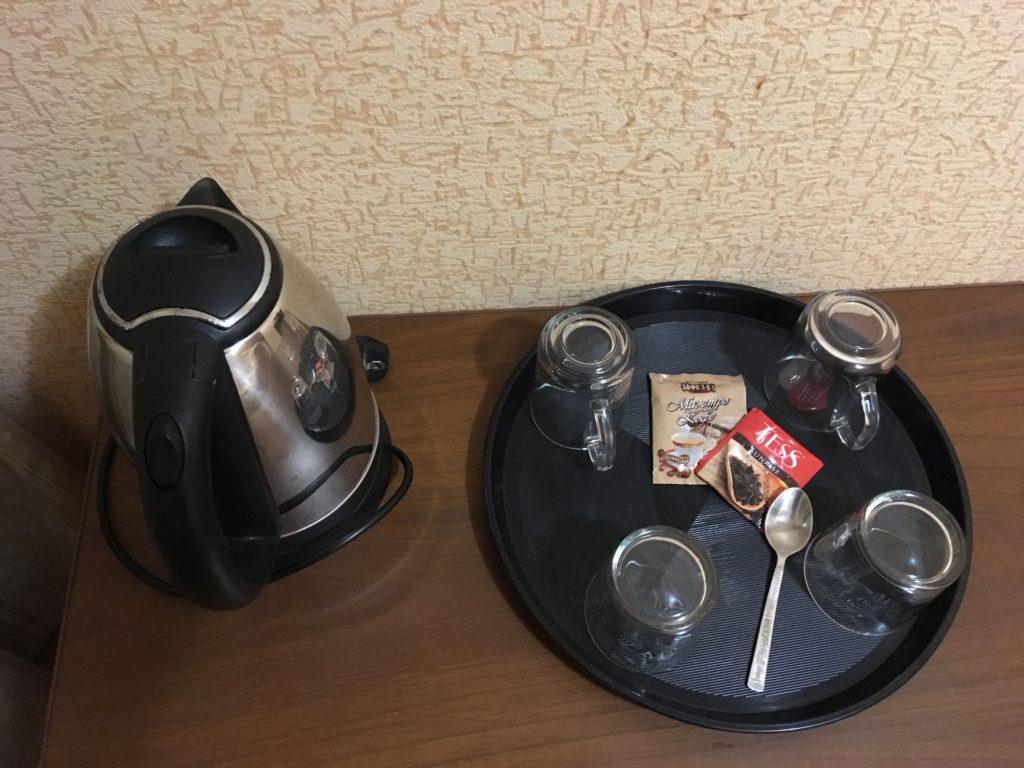 湯沸かし器、コップ、コーヒーも備えられています