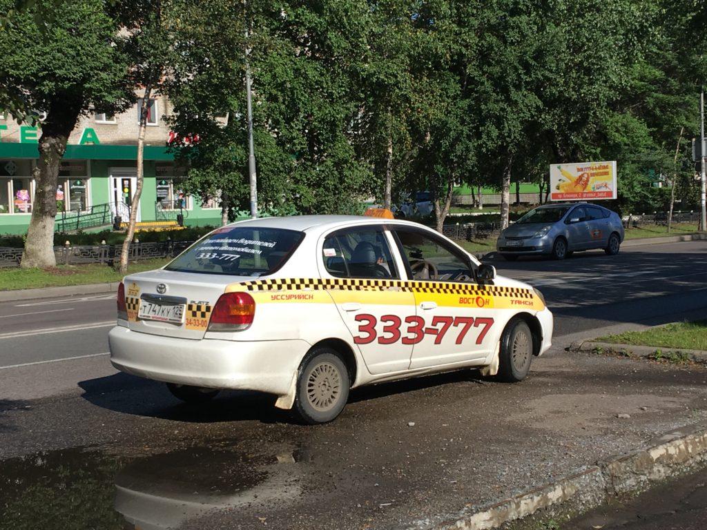 車体に黄色いラインが入っているのが公式のタクシーです。
