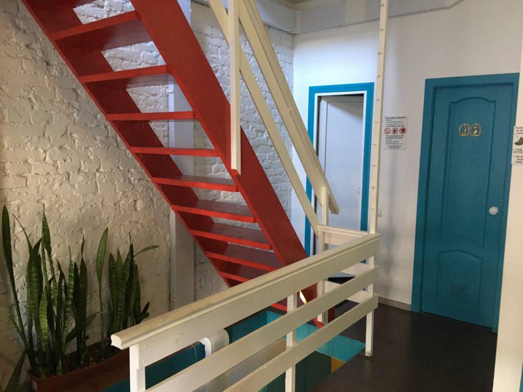 2階と地下へ行ける階段です