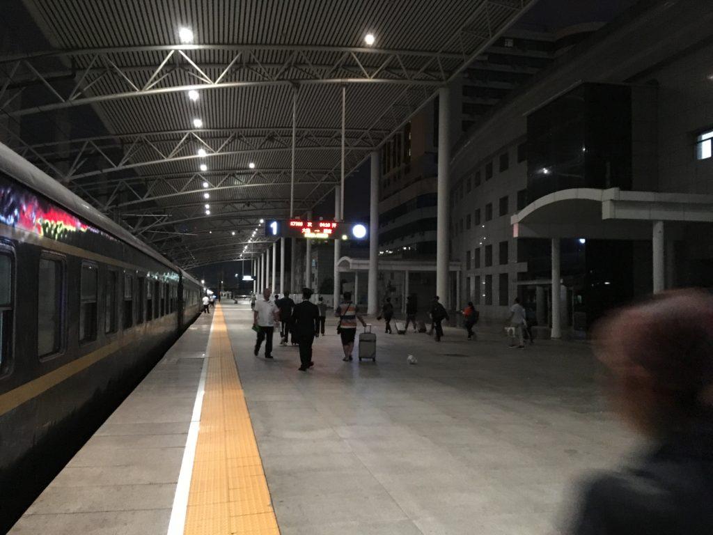 長春駅のホームの様子です