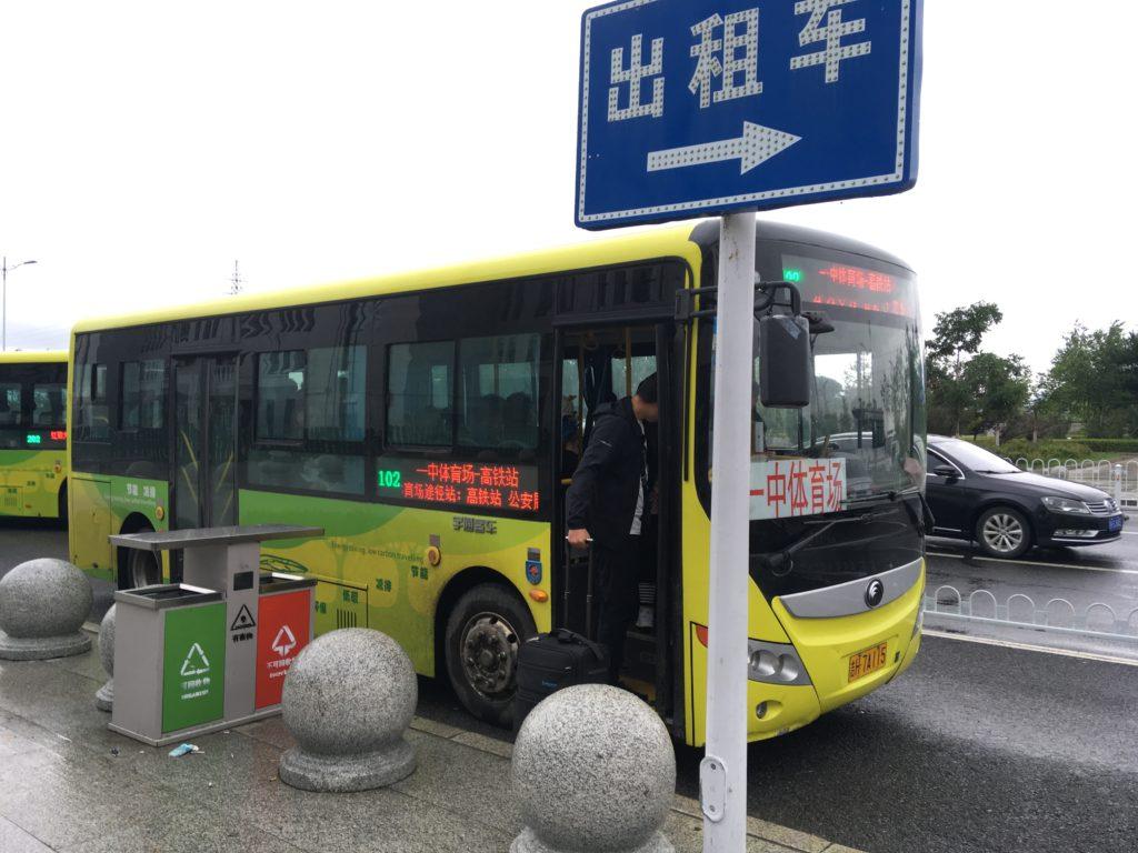 駅舎の前に停まっていた路線バス
