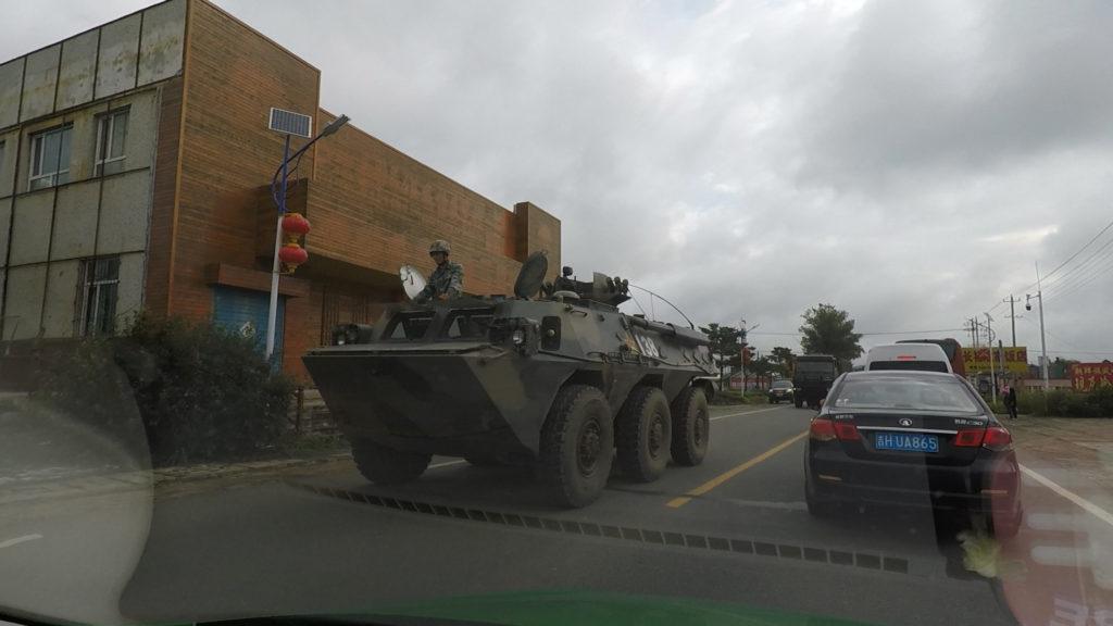 圏河口岸の少し手前で軍用車が道を走っているのを見ました