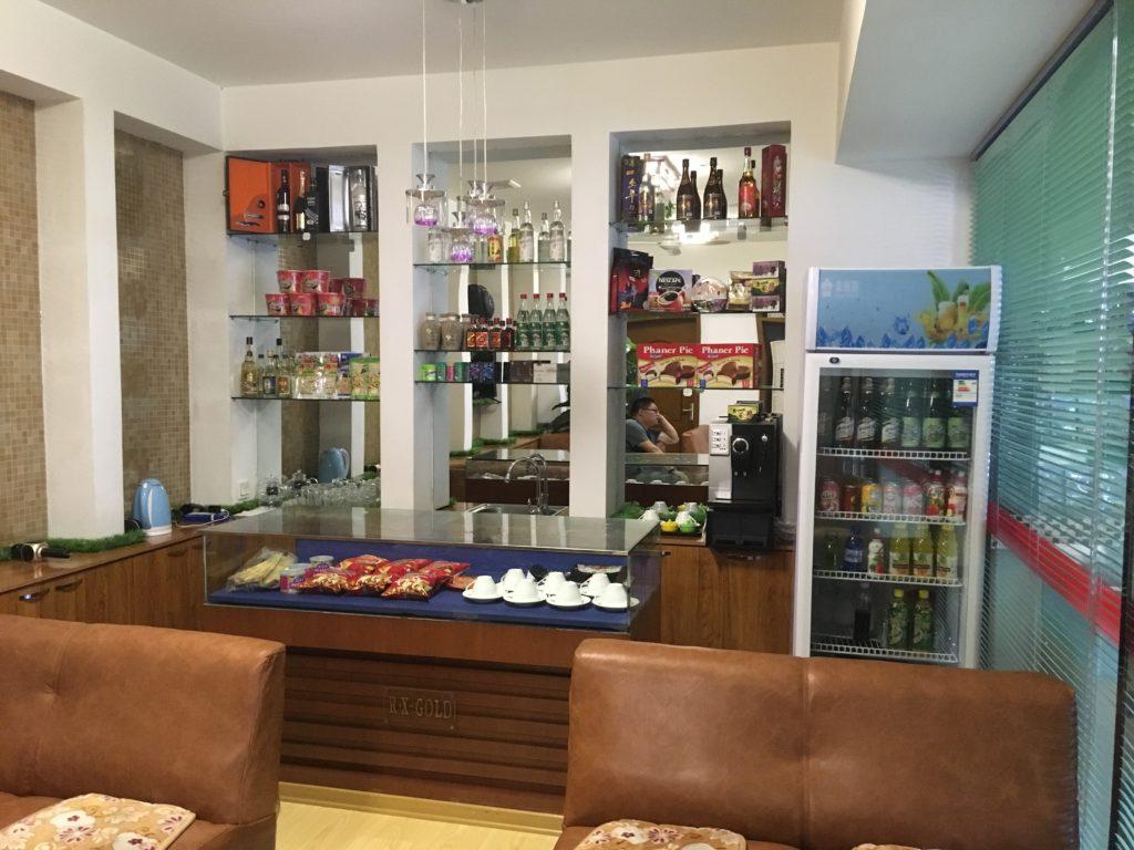 ホテルのフロントにある売店。水やジュース、お菓子などが売られていました。