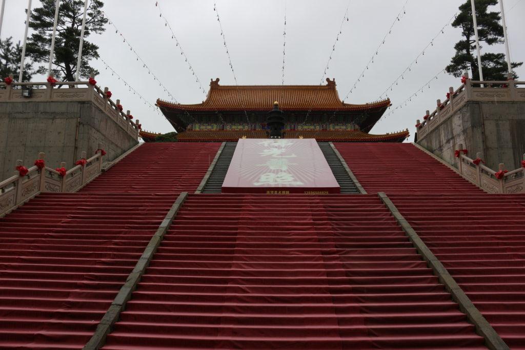 大きなレッドカーペットの階段を上ると二つ目の殿があります
