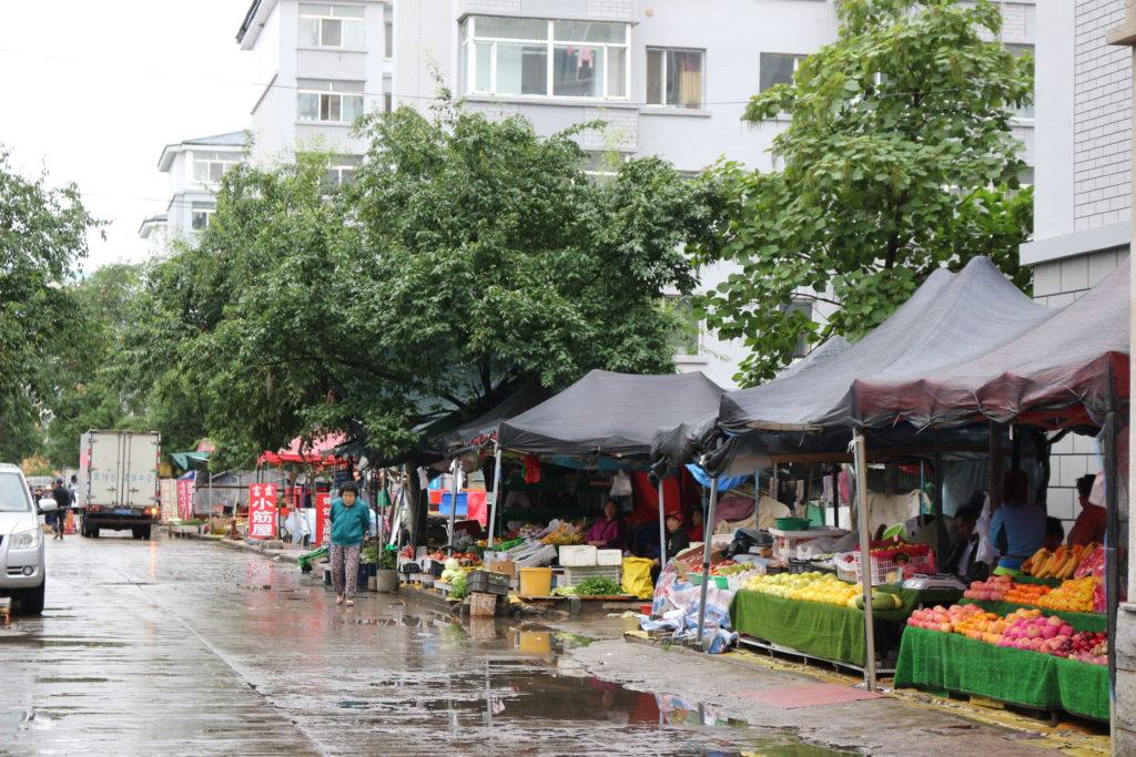 団地の中で開かれていた市場