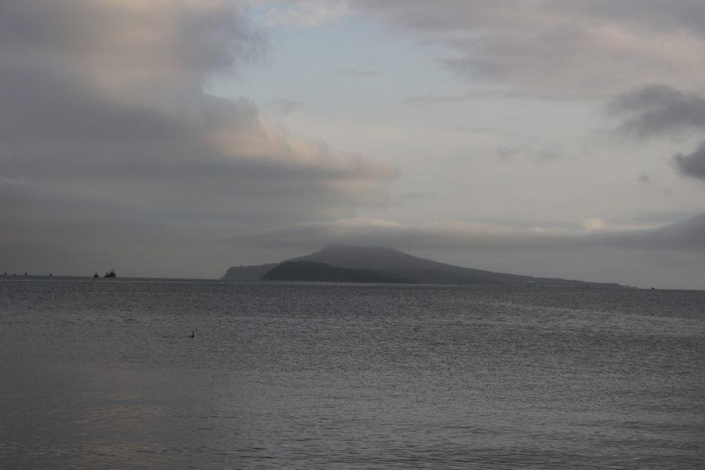 羅先港の沖に見える島。周辺には漁船と思われる船がちらほら見えます。