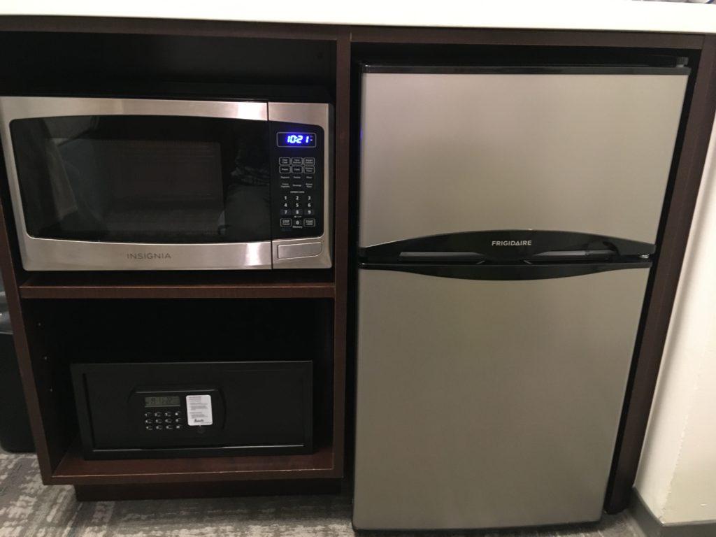 冷蔵庫は上段が冷凍、下段が冷蔵です。電子レンジのワット数はかなり高めです。