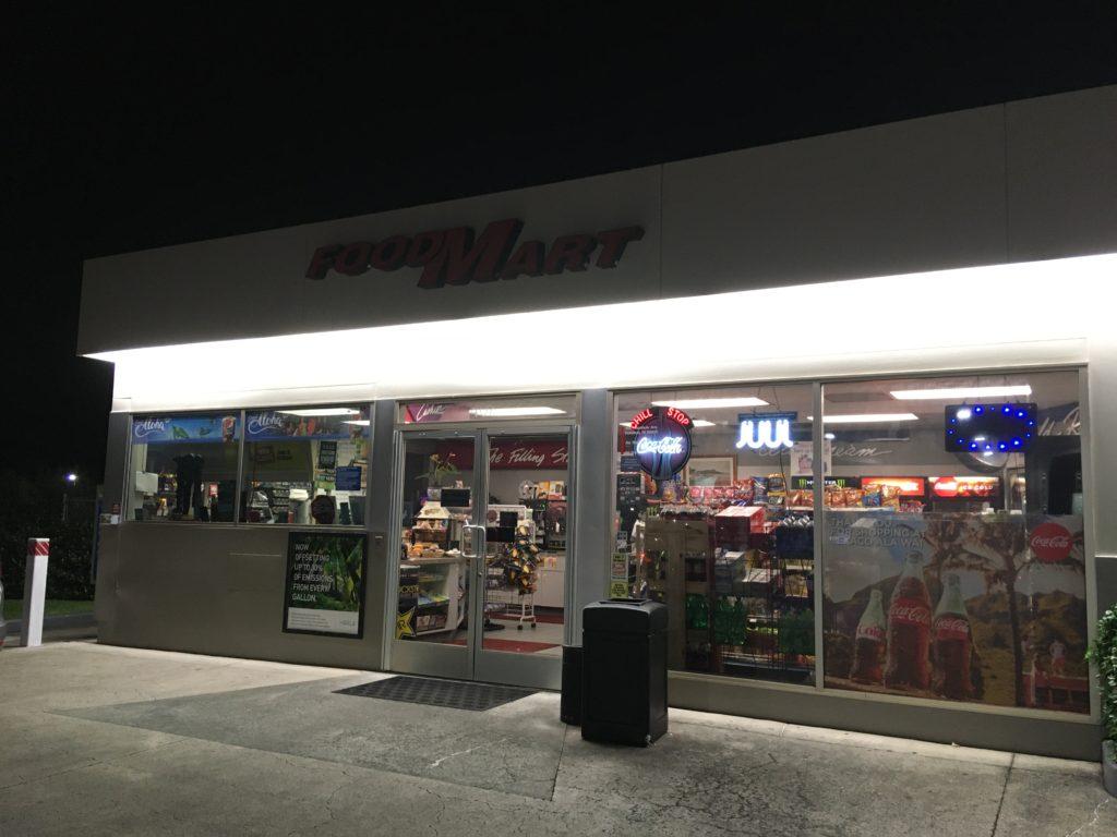 ガソスタに隣接しているコンビニ。ここのレジでガソリン代を先に支払います。