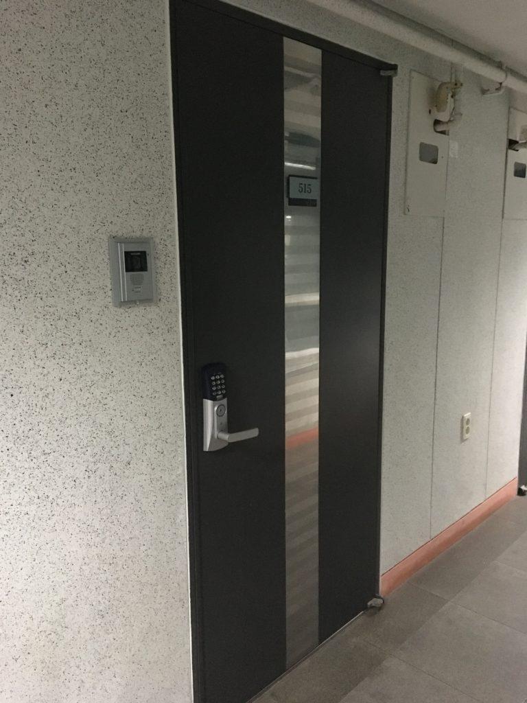 部屋の扉は鍵ではなくパスワードで開けるタイプのものです。