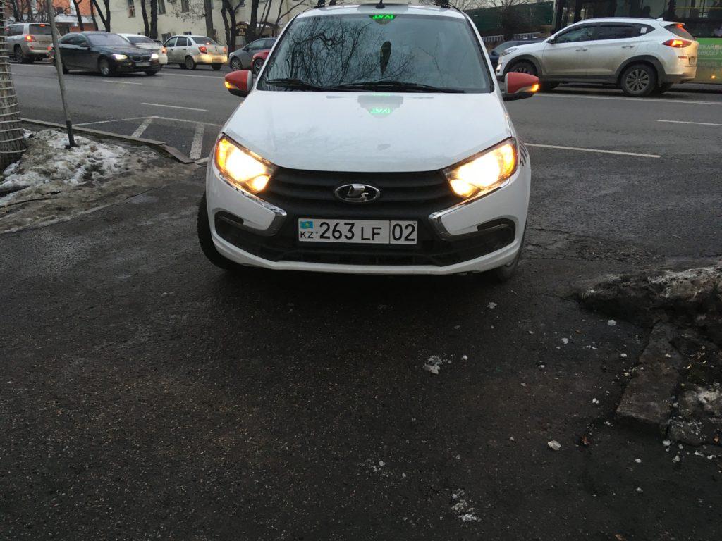 アルマティの街中にたくさん走っているYandexタクシー