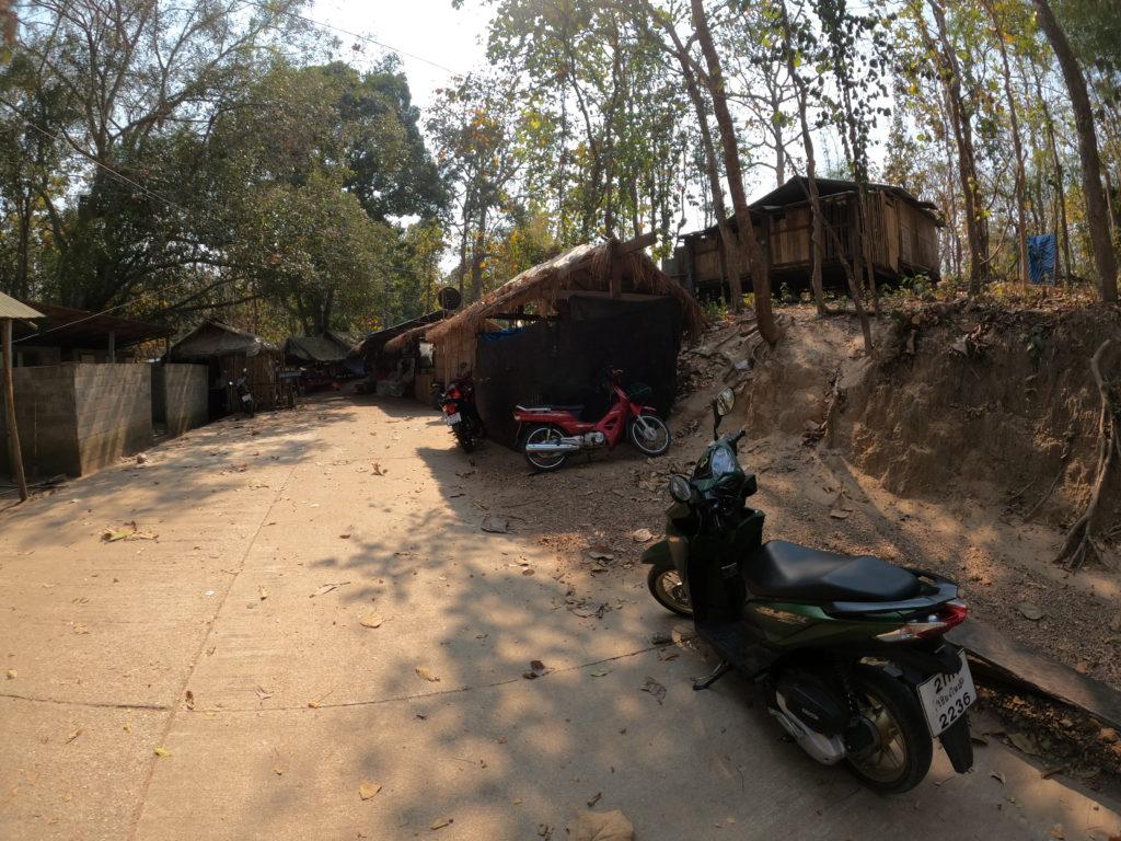 村の入り口前の空きスペース