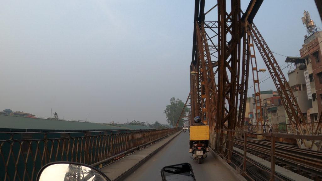 ロンビエン橋を走行している様子