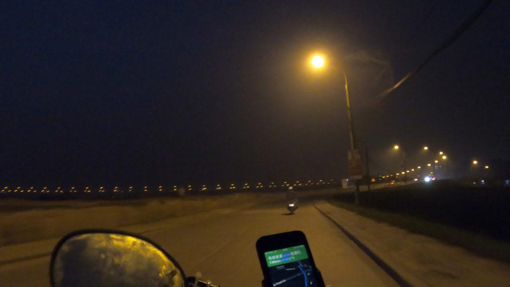 夜の幹線道路を走行している様子