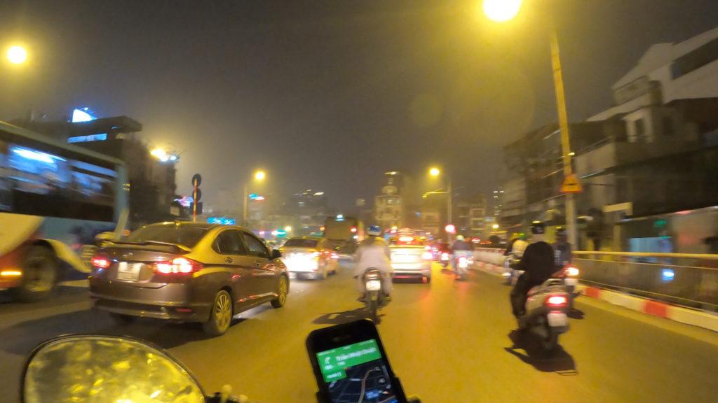 夜の市街地の大通り