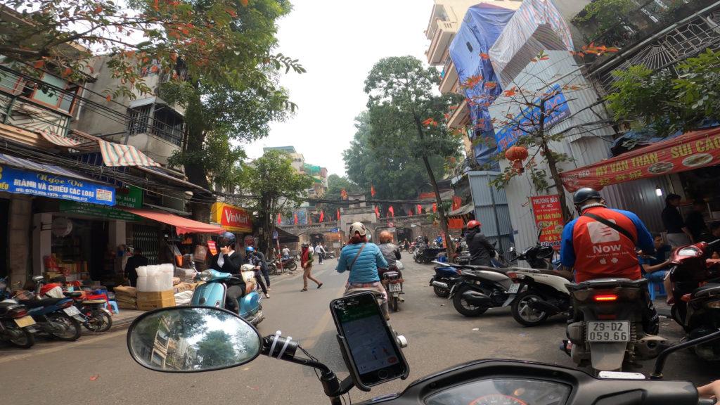ハノイ市街地の路地を走行している様子
