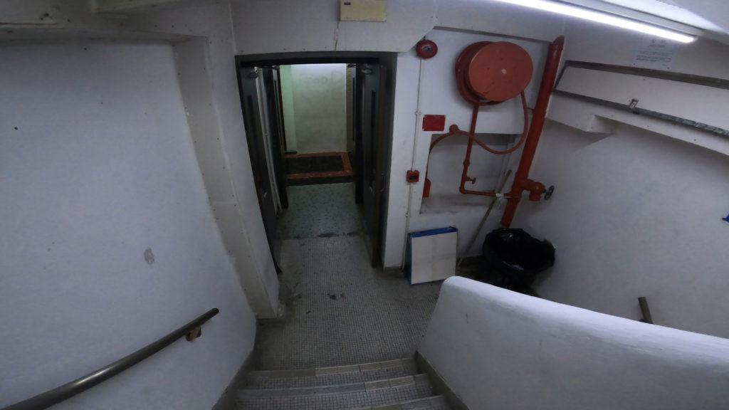 受付の扉の右奥にある階段