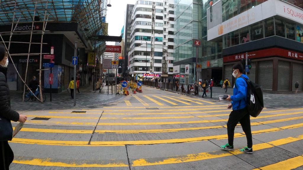 重慶マンションの正面の横断歩道を渡る