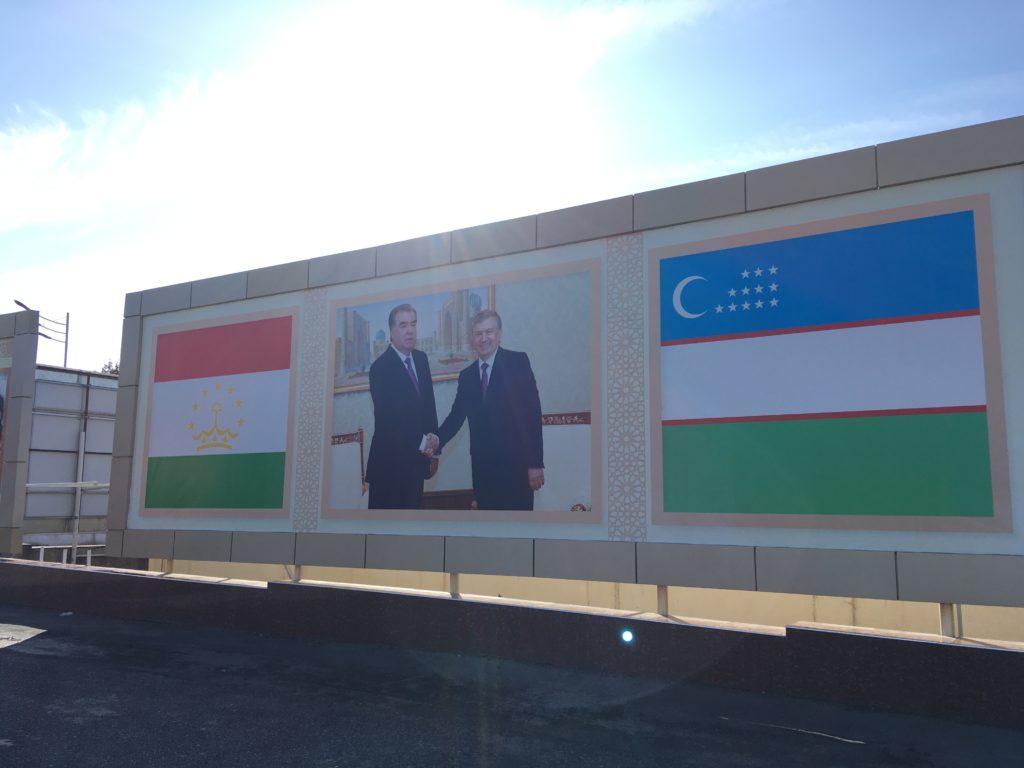 握手を交わす両国の首脳