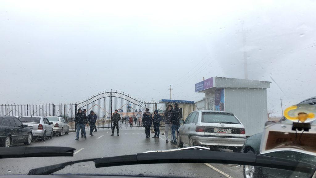 タジキスタン側の鉄格子の門