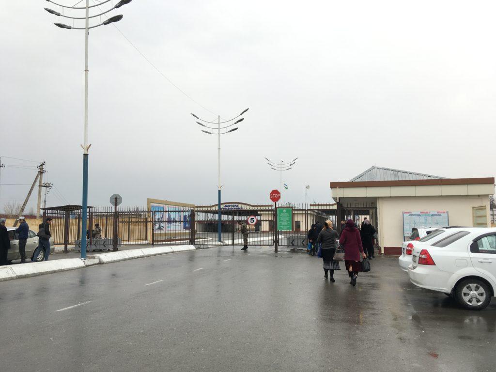 ウズベキスタン側の国境の入口にある鉄格子の門