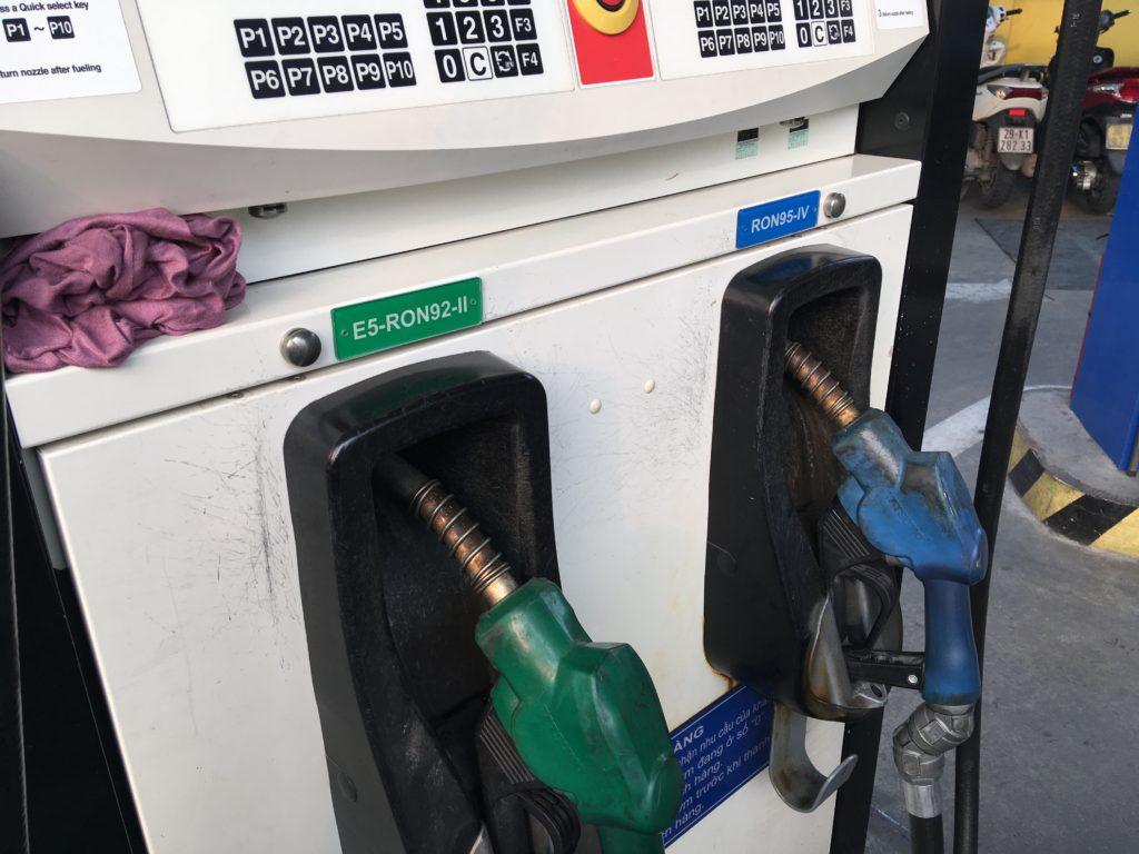 訪れたガソリンスタンドでは「RON 92」と「RON 95」という2種類のガソリンがありました