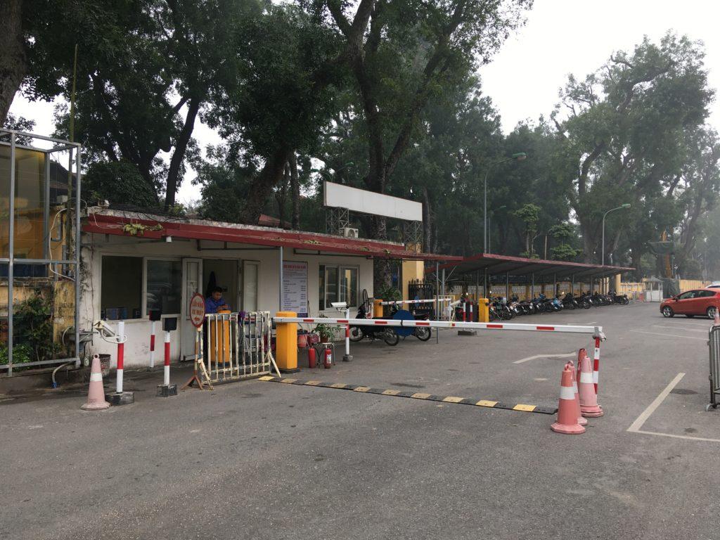 入り口を入って左側にある駐車場の入場ゲート
