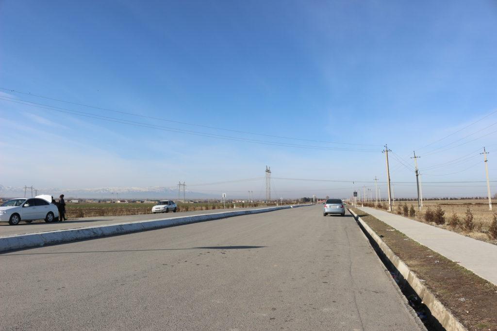 ウズベキスタン側の国境ゲート前の様子