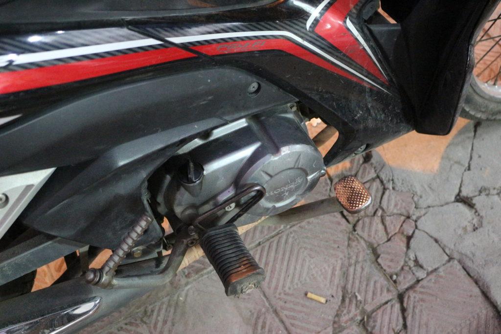 右の足元にある後輪ブレーキ