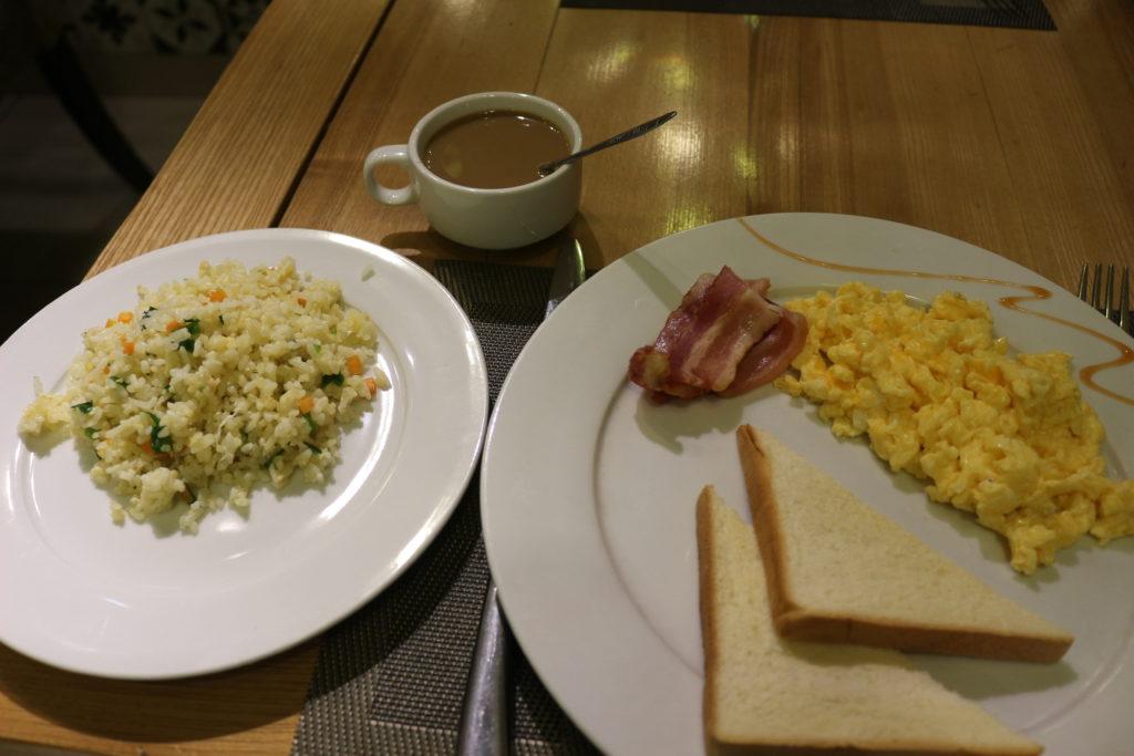 朝食で食べた焼き飯、ベーコンエッグトースト、ベトナムコーヒー