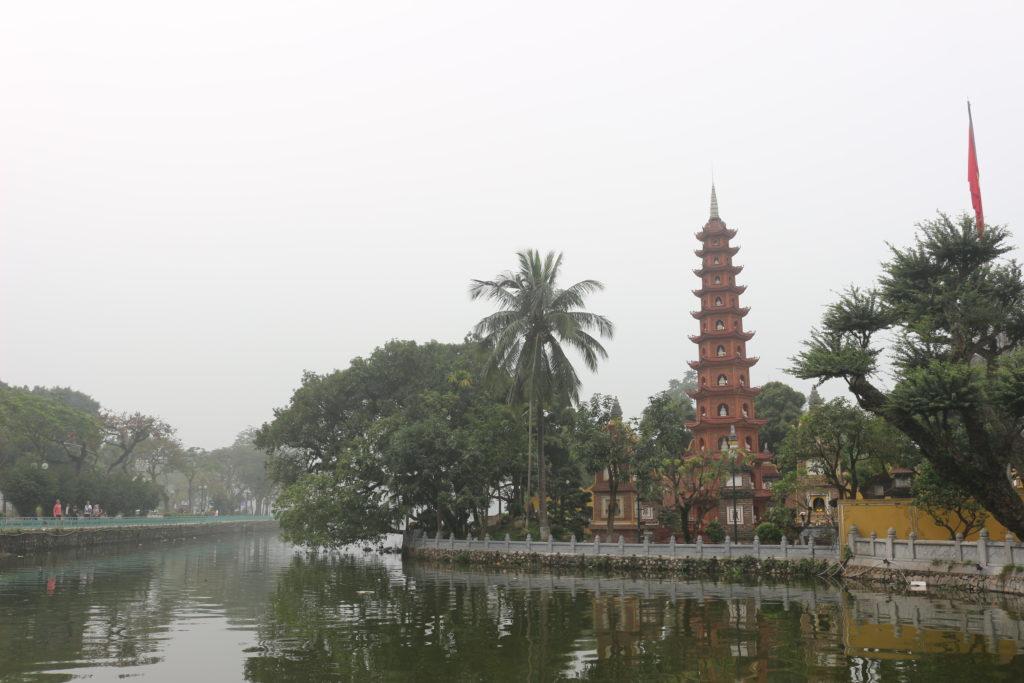 赤い塔と湖が美しいチャンクオック寺