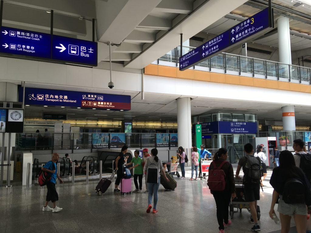 香港国際空港の巴士(バス)と書かれた案内板に従ってバス乗り場へ向かいます。