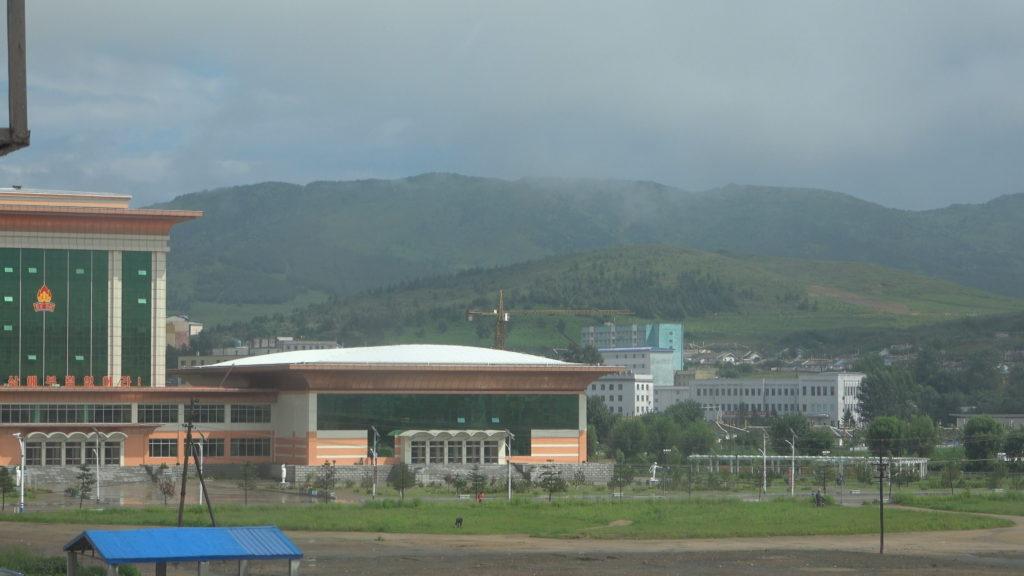 窓からの景色。学生少年宮殿とその後ろにそびえる山