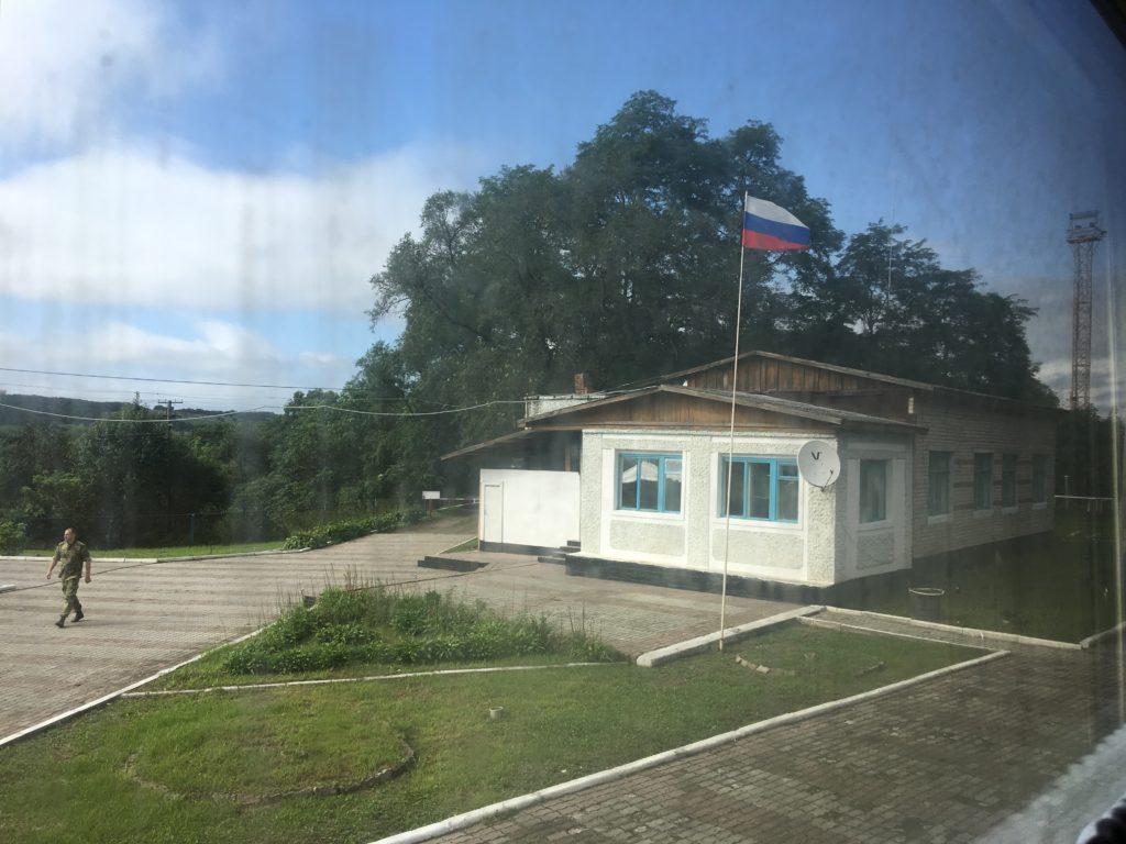 風になびくロシア国旗。ロシアに来たことを実感できます。