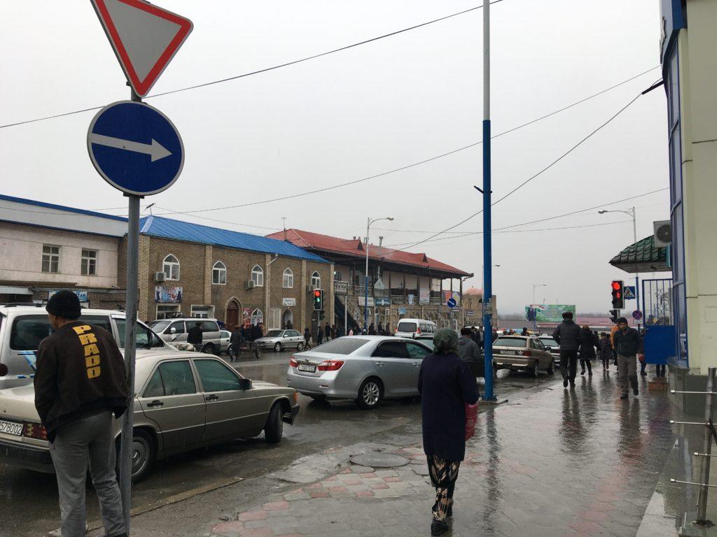 バザール前の大通り。この辺りから国境行きのシェアタクシーが出発しています。