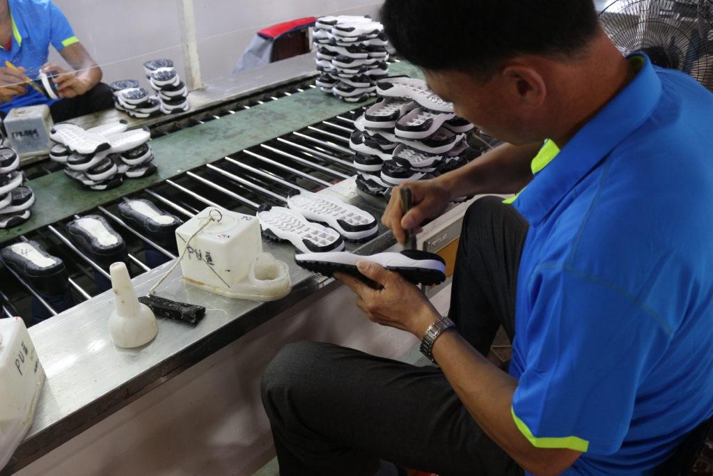 靴の生産は全て手作業