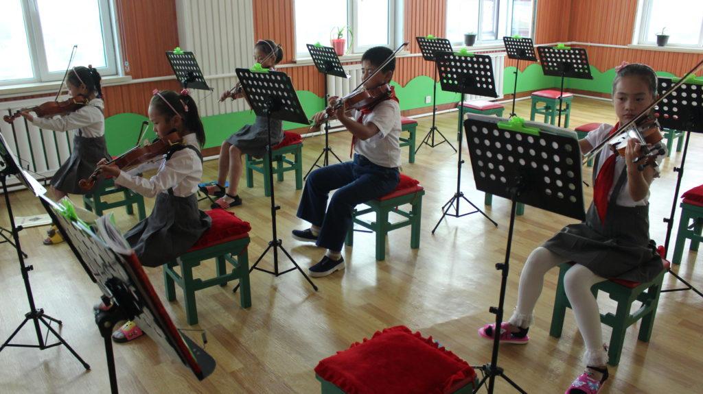 楽器の演奏を披露してくれた学生達