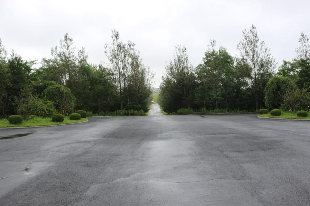 親善閣の駐車場。綺麗に整備されている。
