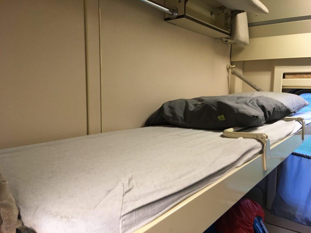 室内のベッド