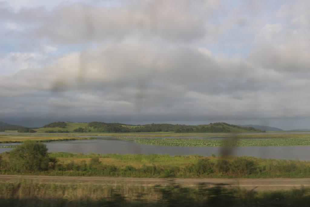 列車の車窓から見たロシア沿岸地方ハサン地区の景色