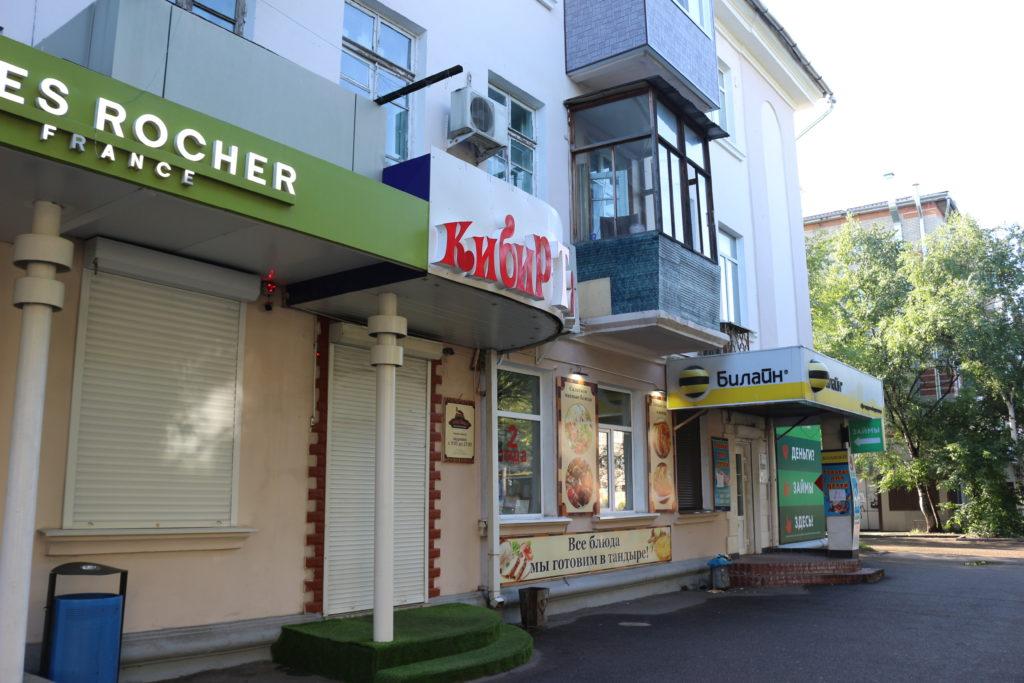 大通り沿いに並ぶ飲食店