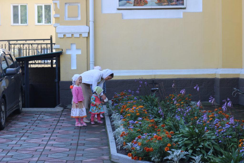 教会にお祈りに来た家族連れ
