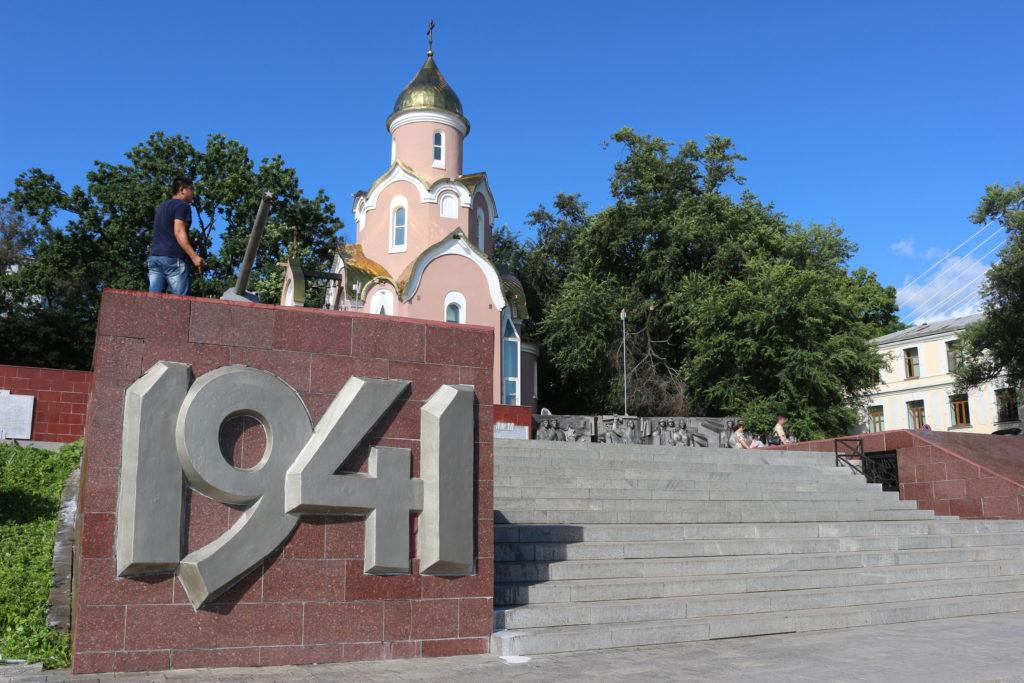 ソ連が第二次世界大戦に参戦した1941年と終戦した1945年が刻まれた大砲