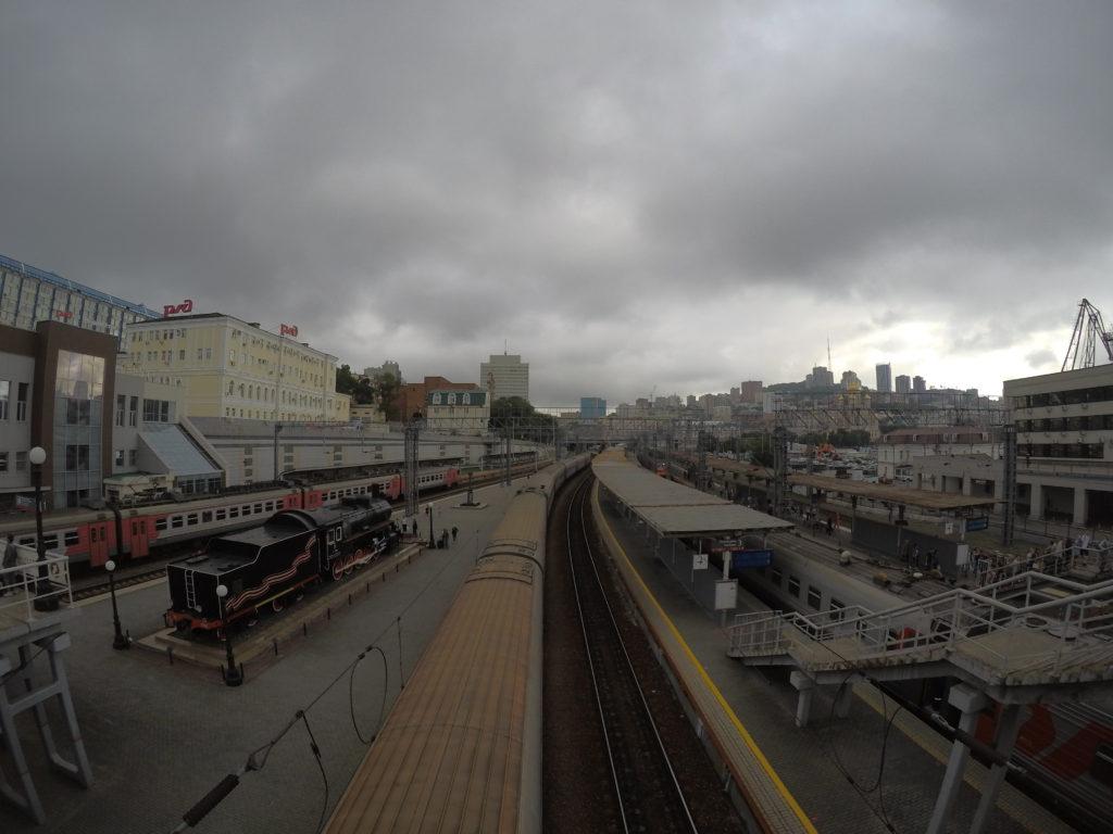 高架の上から見たウラジオストク駅のホーム