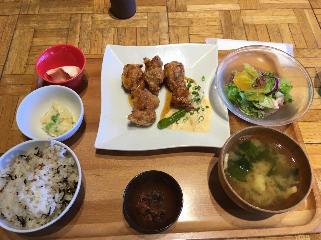 空港内のレストランでオーガニック料理を頂きました